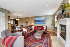 Salon avec le divan confortable de cheminée et de cuir Photo stock