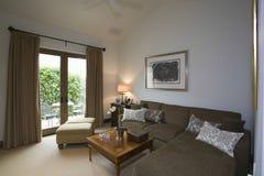 Salon avec le sofa de coin de Brown images libres de droits