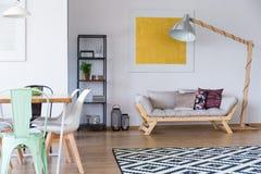 Salon avec le tapis de scandi photographie stock libre de droits