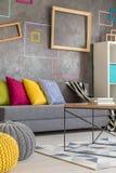 Salon avec les cadres colorés Photo stock