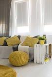 Salon avec les détails jaunes énergiques photos libres de droits