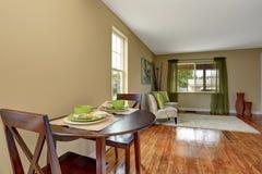 Salon beige confortable avec le plancher en bois dur brillant et la salle à manger photos libres de droits