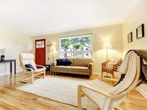 Salon bien meublé avec la porte et le bois dur rouges d'entrée photographie stock libre de droits