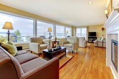 Salon bien meublé avec le plancher en bois dur et le wa polis images stock