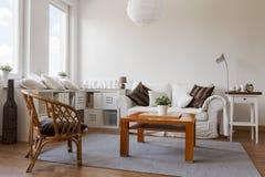 Salon blanc confortable photographie stock