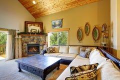 Salon confortable avec le hauts plafond et moquette en bois photographie stock