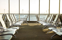 Salon contemporain avec des sièges dans l'aéroport pendant l'ensemble du soleil ou Photographie stock