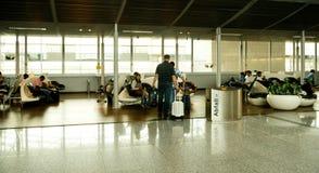 Salon d'aéroport avec la marche de personnes Image stock