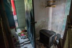 Salon dans la maison brûlée abandonnée ruinée Photo stock