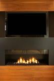 Salon dans la maison moderne avec la TV et la cheminée Images stock