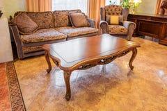 Salon dans la nouvelle maison luxueuse photographie stock
