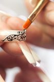 Salon de beauté : collage des cristaux sur le clou Photographie stock