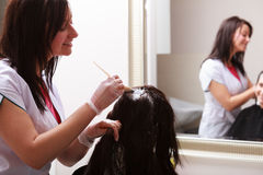 Salon de beauté de coiffure. Cheveux de mort de femme. Coiffure. Photos libres de droits