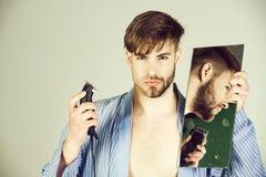 Salon de beauté, homme avec le menton de visage rasé par moitié et barbe photographie stock