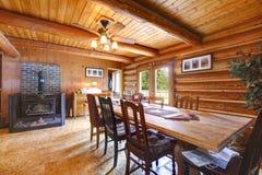 Salon de cabine de log avec le poêle. image libre de droits