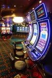 Salon de casino avec des machines à sous Photos stock