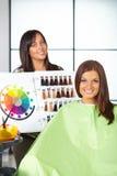 Salon de coiffure. Couleur de choses de femme de colorant. Images stock