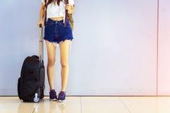 Salon de départ à l'aéroport avec le voyageur et le lugga du ` s de femme Photos stock