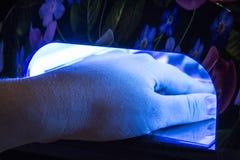 Salon de gel de clou Lampe UV Photographie stock