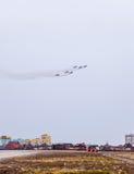 Salon de l'aéronautique dans le ciel au-dessus de l'école de vol d'aéroport de Krasnodar Airshow en l'honneur du défenseur de la  Images libres de droits