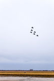 Salon de l'aéronautique dans le ciel au-dessus de l'école de vol d'aéroport de Krasnodar Airshow en l'honneur du défenseur de la  Photo stock