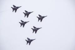 Salon de l'aéronautique dans le ciel au-dessus de l'école de vol d'aéroport de Krasnodar Airshow en l'honneur du défenseur de la  Photo libre de droits