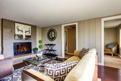 Salon de l'espace ouvert avec la cheminée, sofa confortable Photo stock