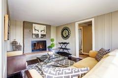Salon de l'espace ouvert avec la cheminée, sofa confortable Image stock
