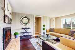 Salon de l'espace ouvert avec la cheminée, sofa confortable Photos libres de droits