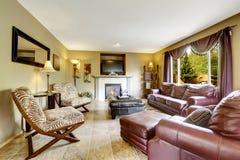 Salon de luxe avec l'ensemble en cuir de meubles photographie stock libre de droits