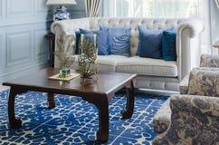 Salon de luxe avec le sofa de luxe et la table en bois Images stock
