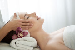 Salon de station thermale : Jeune belle femme ayant le massage facial Images stock