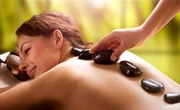 Salon de station thermale. Massage en pierre photo stock