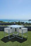 Salon de terrasse avec des fauteuils de rotin et seaview dans un luxu Photo stock