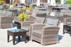 Salon de terrasse avec des fauteuils de rotin et seaview dans un lieu de villégiature luxueux Images stock