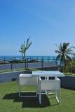 Salon de terrasse avec les fauteuils blancs de rotin Images libres de droits