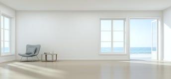 Salon de vue de mer avec le mur vide dans la maison de plage moderne, intérieur blanc de luxe de maison d'été Photographie stock