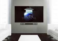 salon en bois avec le film à la TV Photo libre de droits