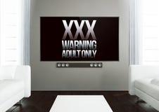 salon en bois avec xxx l'avertissement à la TV futée Photos stock