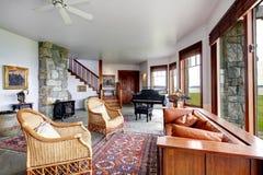 Salon en pierre spacieux avec le piano photographie stock