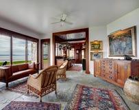 Salon en pierre spacieux avec les meubles antiques photo stock
