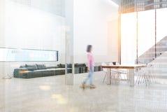 Salon gris de sofa avec une table modifiée la tonalité Photo stock