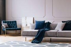 Salon gris intérieur avec des accents bleus image stock