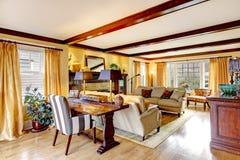 Salon impressionnant avec les faisceaux et la cheminée de plafond photo stock