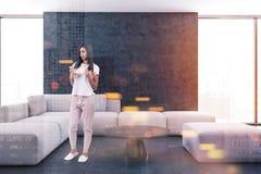 Salon intérieur, sofa blanc, femme Photos stock