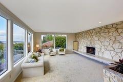 Salon lumineux avec l'équilibre et la cheminée de mur de roche photo stock