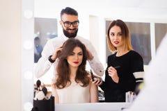Salon, maquillage et dénommer de beauté dans le salon, les coiffeurs et l'artiste de maquillage, Image libre de droits