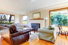 Salon meublé élégant avec les fenêtres larges photographie stock libre de droits