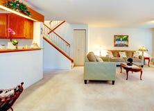 Salon meublé avec une cheminée. photos stock