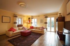 Salon meublé dans un appartement moderne photo stock